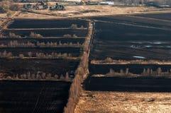 En lantgård med plogade fält Arkivfoton