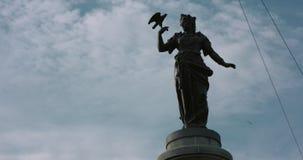 En lantlig staty av en kvinna och en fågel Ultrarapid som skjutas från centrala Stockholm arkivfilmer