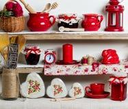 En lantlig stil Keramisk bordsservis och kitchenware i rött på Royaltyfri Foto