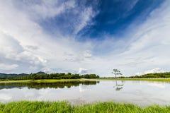 En las aguas naturales y el cielo en un paisaje de brillante, que es la fecha Fotografía de archivo libre de regalías