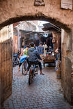 En las calles de Marrakesh imagenes de archivo