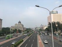 En las calles de Pekín, la visión desde el puente peatonal en la carretera imagen de archivo