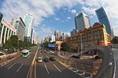 En las calles los coches y los autobuses van Imagen de archivo libre de regalías