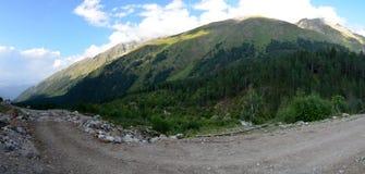En las colinas del monte Elbrus imagenes de archivo