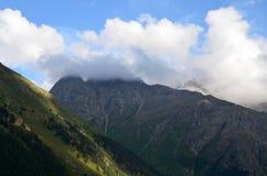 En las colinas del monte Elbrus imagen de archivo