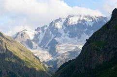 En las colinas del monte Elbrus imágenes de archivo libres de regalías