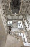 En las escaleras del castillo francés Blois foto de archivo