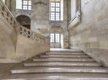 En las escaleras del castillo francés Blois foto de archivo libre de regalías