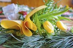 En las flores del amarillo de la sala de clase que mienten en la tabla Fotos de archivo libres de regalías