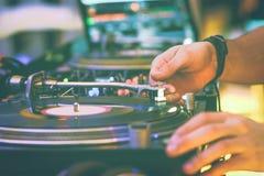 En las manos de DJ Foto de archivo