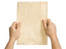 En las manos del hombre un papel viejo Fotografía de archivo libre de regalías