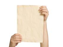En las manos del hombre un papel viejo Imágenes de archivo libres de regalías