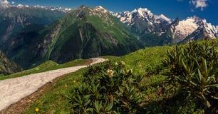 En las montañas del Cáucaso imagenes de archivo