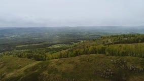 En las montañas hay poca nieve Vista aérea de las montañas almacen de metraje de vídeo