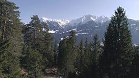 En las montañas 4k aéreo de las montañas almacen de video