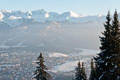 En las montañas, paisaje del invierno foto de archivo