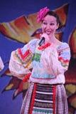 En las muchachas hermosas de la etapa en trajes rusos nacionales, sundresses de los vestidos con el bordado vibrante - grupo de l Fotos de archivo libres de regalías