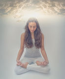 En las nubes - meditación de Lotus - posición de la energía de la yoga Imágenes de archivo libres de regalías