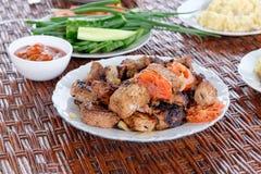 En las placas de mimbre de la tabla con los pedazos de kebab, de gachas de avena y de verduras Cena del verano fotografía de archivo