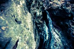 En las rocas de una bahía tan azul Fotos de archivo libres de regalías