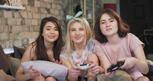 En las señoras de los pijamas tienen una noche del sleepover que pasan un gran rato que juega en una sonrisa del juego de Playsta almacen de video