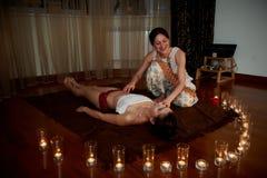 En las velas del primero plano, en el fondo el masaje Suelos de parqué Un estado de la relajación Imagen de archivo