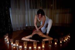 En las velas del primero plano, en el fondo el masaje Suelos de parqué Un estado de la relajación Fotografía de archivo libre de regalías