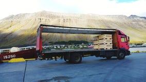 En lastbil med ett landskap som målas på sidan arkivfoto