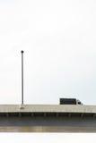 En lastbil och en uttrycklig väg Arkivbilder