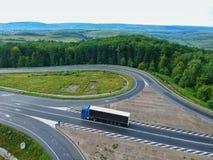En lastbil på en väg i Transylvania, Rumänien royaltyfri foto