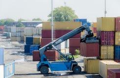 En lastbil väljer upp en behållare för import- och exportaffär royaltyfri bild