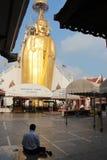 En laverticale du Bouddha (Wat Intharavihan - Bangkok - Thaïlande) Royaltyfri Fotografi