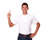 En le attraktiv vuxen man som pekar upp. Arkivbilder