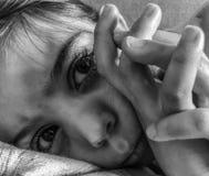 En ledsen eller ilsken liten flicka som ner lägger arkivbilder