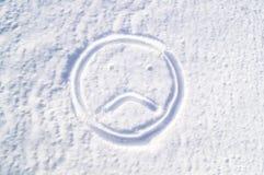 En ledsen emodji i snön sorgsenhet arkivfoton