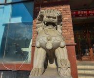 En lejonskulptur på gatan royaltyfri bild