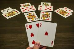 En lek av kort Två trumfer i handen En vinnande lek royaltyfri foto