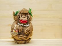 En leksak, en souvenir, en glömsk apa med pärlor, en Idum påse som snidas från en hel mutter av kokosnöten, gömma i handflatan royaltyfria bilder