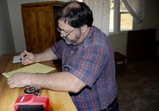 En leverantör arbetar på mätningar efter arkivbilder