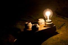 En lightbulb ut ur fyra annan En metafor av det högra beslutet Arkivfoto