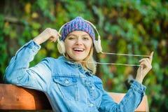 En ligne apprenant musique en ligne de écoute en parc livre audio en ligne Style et musique Détendez en parc Fille de hippie avec image libre de droits