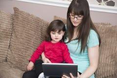 En ligne avec la maman Photos libres de droits