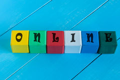 En ligne - mot sur les cubes colorés des enfants ou Photographie stock