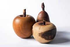 En likhet av ett äpple och ett päron som göras av trä fotografering för bildbyråer