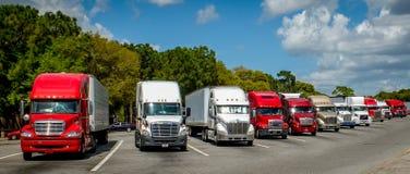 En linje av amerikanska lastbilar Royaltyfri Fotografi