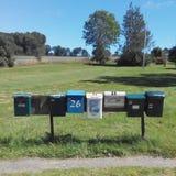 En linje av brevlådor i bygd Sverige Royaltyfri Bild