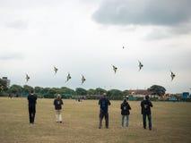 En linje av folk som flyger drakar Royaltyfri Bild