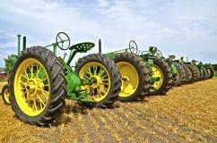 En linje av gamla John Deere traktorer Royaltyfri Fotografi