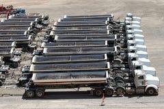 En linje av konstruktionslastbilar Fotografering för Bildbyråer
