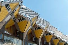 En linje av kubhus i Rotterdam Arkivfoto